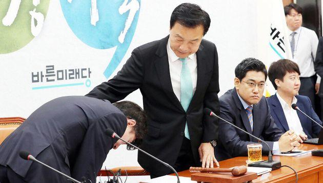 바른미래당 하태경 최고위원(맨왼쪽)이 24일 국회에서 열린 임시 최고위원회의에서 '정신퇴락' 발언 관련 손학규 대표(왼쪽 둘째)에게 사과하고