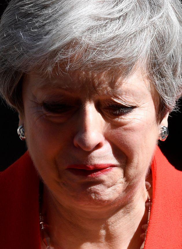 La primera ministra de Reino Unido, Theresa May, emocionada durante su comparecencia de esta mañana...