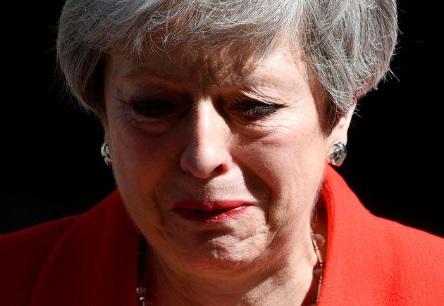 """Emocionada, Theresa May descreveu sua """"gratidão duradoura por ter tido a oportunidade de..."""