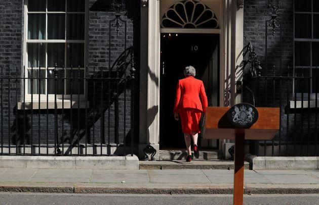 Após pronunciamento, May entra na residência oficial de Downing Street, que deverá...