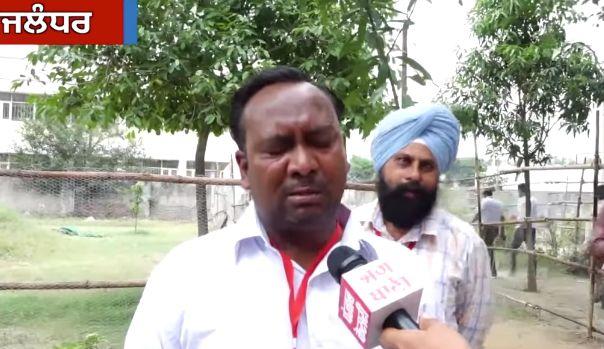 Un candidato indio rompe a llorar porque sólo le han votado 5 personas y en su familia son