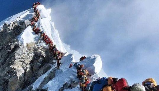 Cette alarmante photo d'alpinistes bouchonnant au sommet de