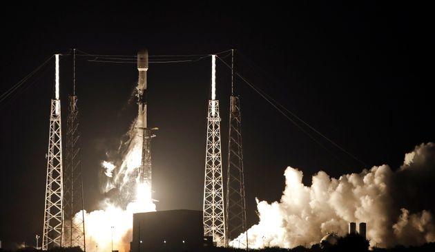 SpaceX: Εκτοξεύτηκαν σε τροχιά οι πρώτοι 60 δορυφόροι του προγράμματος Starlink, για Ίντερνετ από το