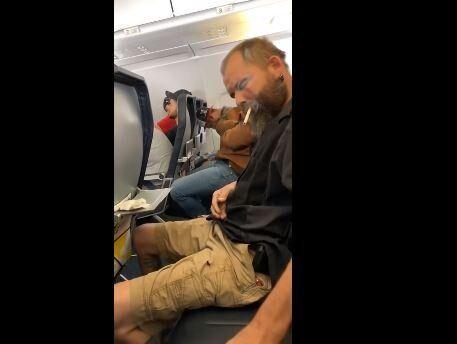 «Ανοίξτε το παράθυρο»: Αναψε τσιγάρο στο αεροπλάνο και προκάλεσε