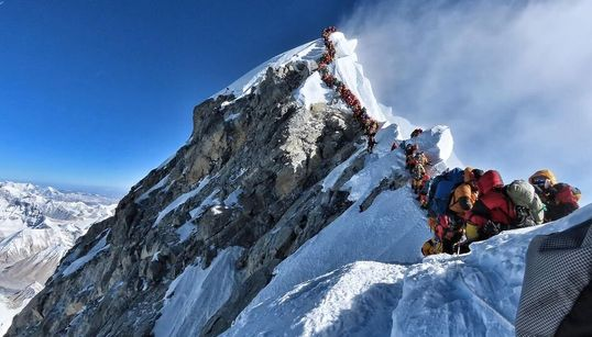 Au sommet de l'Everest, cette alarmante photo d'alpinistes