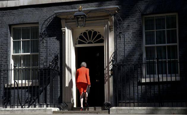 Theresa May entra na residência oficial de Downing Street após fazer seu discurso de