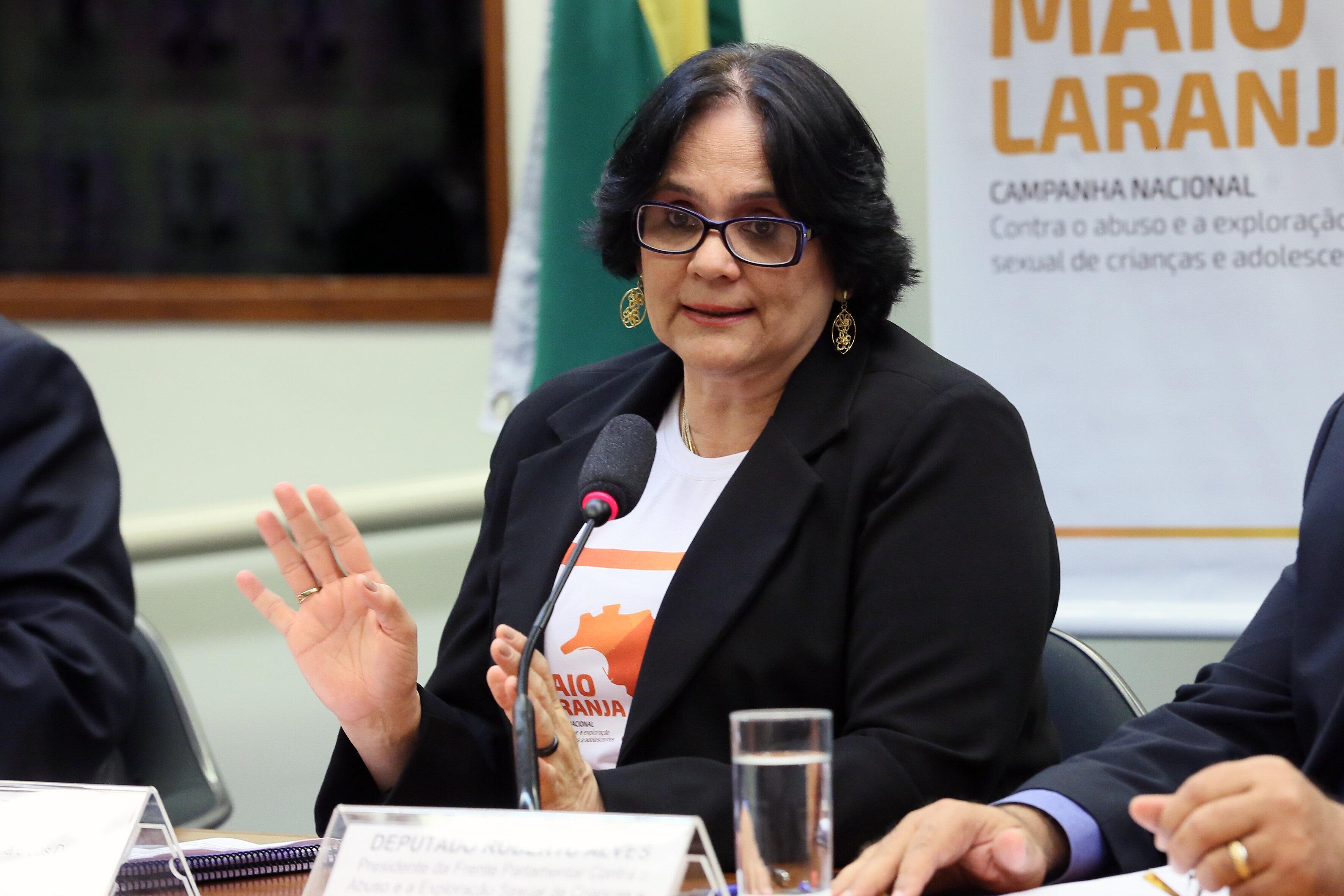 Para ministra Damares, dizer que não existe violência contra LGBTs 'é uma
