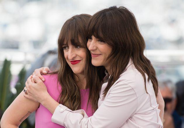 Anne-Élisabeth Bossé (à gauche) tient le rôle principal dans le film La femme...