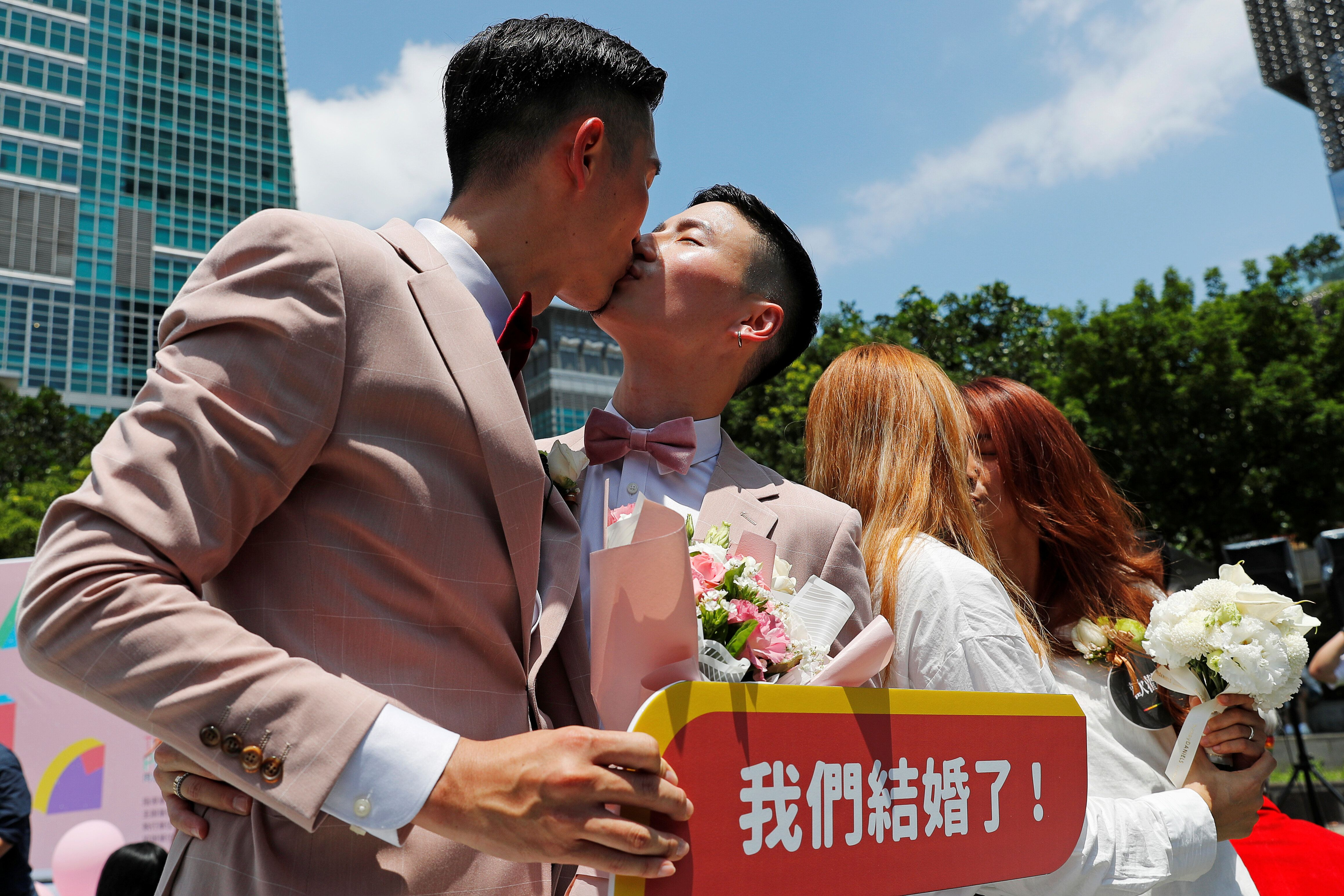As fotos dos primeiros casamentos LGBTs de Taiwan ficaram