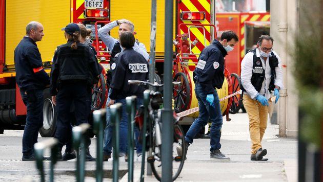 Des policiers sur les lieux de l'explosion d'un colis piégé à Lyon, ce 24
