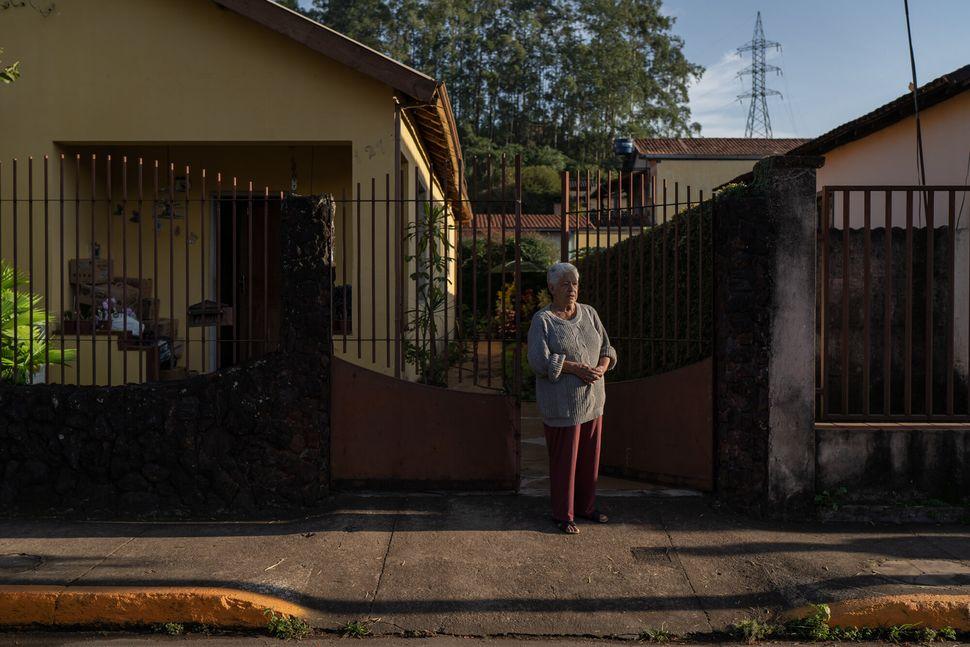 Sylvia Duarte, de 82 anos, acorda no meio da noite com qualquer barulho estranho. Com dificuldades de...