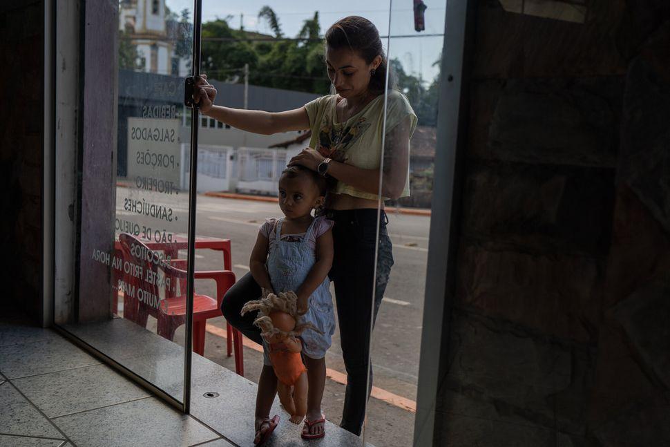 Bruna Natalia da Silva, 26, que é dona de um bar, pediu dinheiro emprestado a um agiota para pagar...