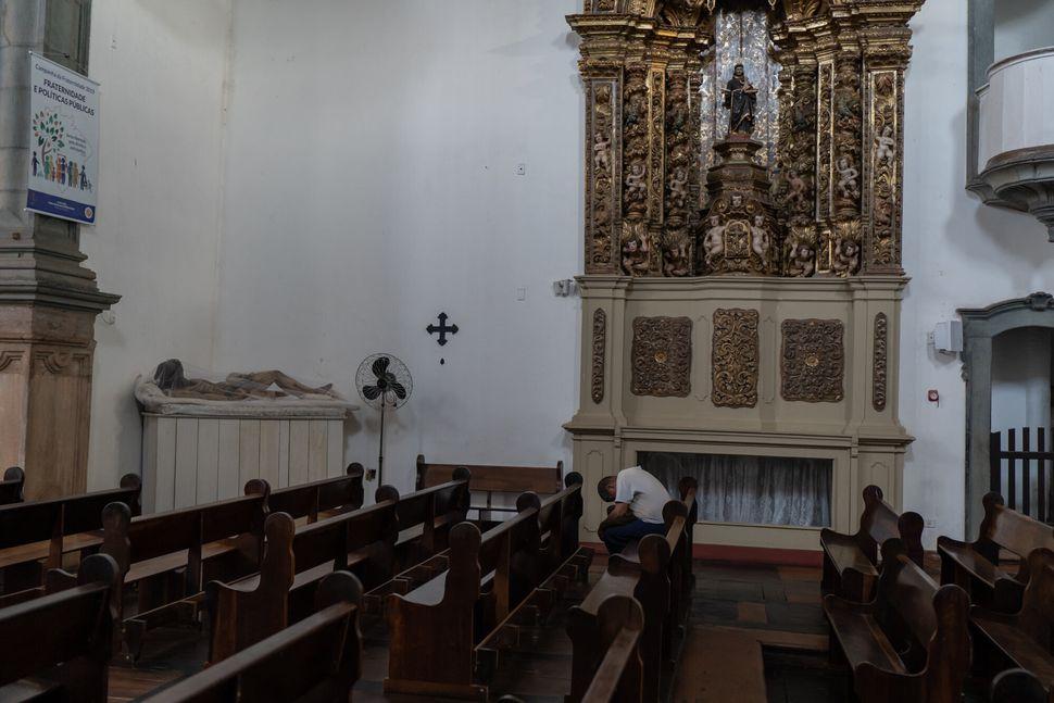 No Santuário de João Batista, principal igreja católica da cidade, a estátua...