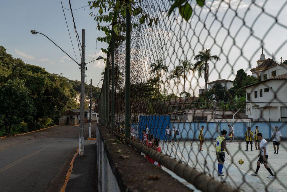 Por toda a cidade, meios-fios de ruas que podem ser atingidas por mar de lama foram pintados de