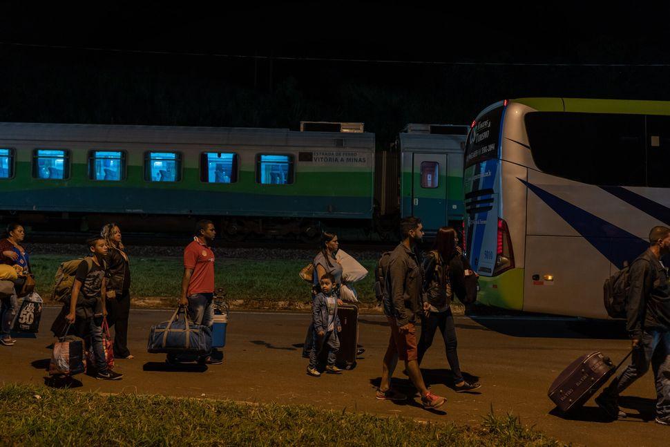 Passageiros fazem baldeação com ônibus por causa de interrupção de...