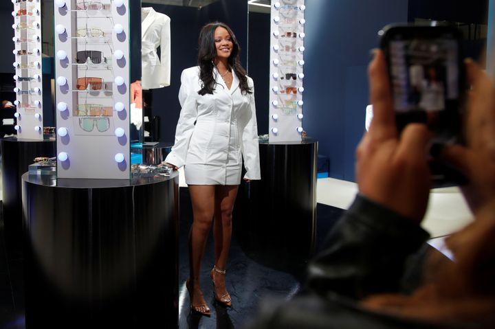 Rihanna prend la pose dans son pop-up store à Paris, ce 24 mai.