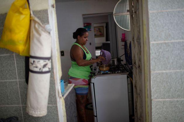 Mulheres ocupadas dedicam, em média, 17,3 horas semanais para tarefas domésticas, contra 8,5 horas...