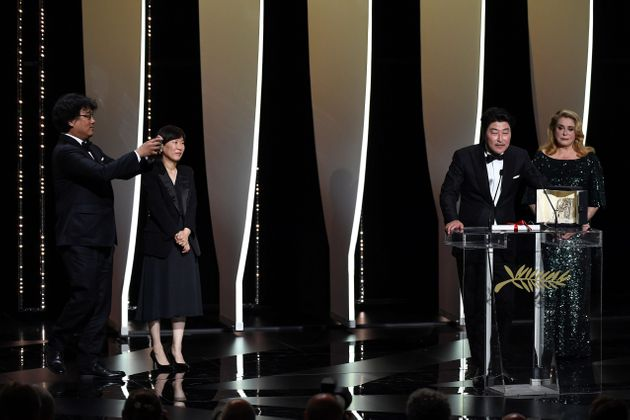봉준호 감독이 '기생충'으로 칸 영화제 황금종려상을