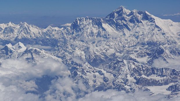 This photo taken on April 27, 2019 shows an aerial view of Mount Everest (centre R) taken during a flight from Nepal to Bhutan. (Photo by Sarah LAI / AFP)        (Photo credit should read SARAH LAI/AFP/Getty Images)
