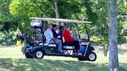 トランプ氏と5回目のゴルフ、親密関係をアピール 安倍首相が自らカートを運転