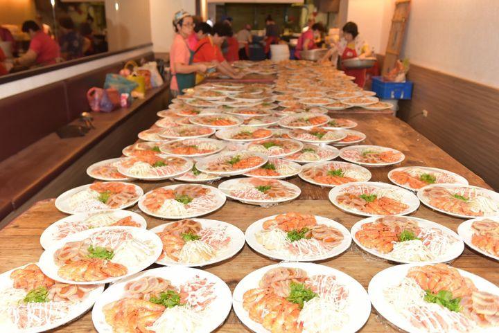 準備た料理は、鶏肉やエビの料理、餅など、台湾の伝統的な披露宴で出されるお祝いの食事だ。結婚したカップルや招待者の幸福や長寿を願って、一品一品に縁起の良い名前がつけられているという。