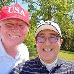 일본 방문한 도널드 트럼프가 아베 신조에게 큰 선물을