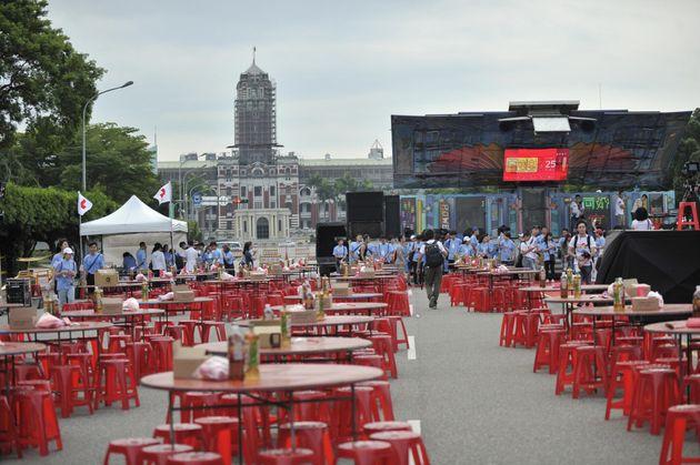 披露宴のために並べられたテーブル。左奥に見えるのが総統府