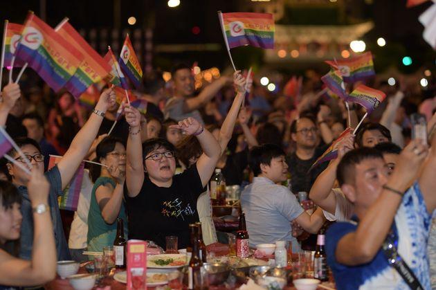 参加者たちは、レインボーの旗を振りながら楽しんだ