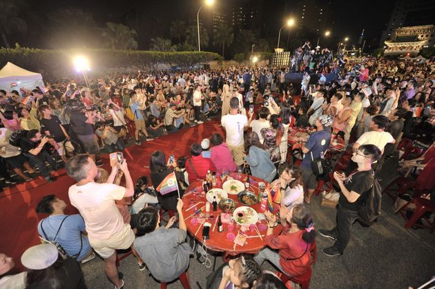 台湾で、同性婚を祝う「合同披露宴」。2000人近くが、総統府前で喜びを分かち合う(画像)