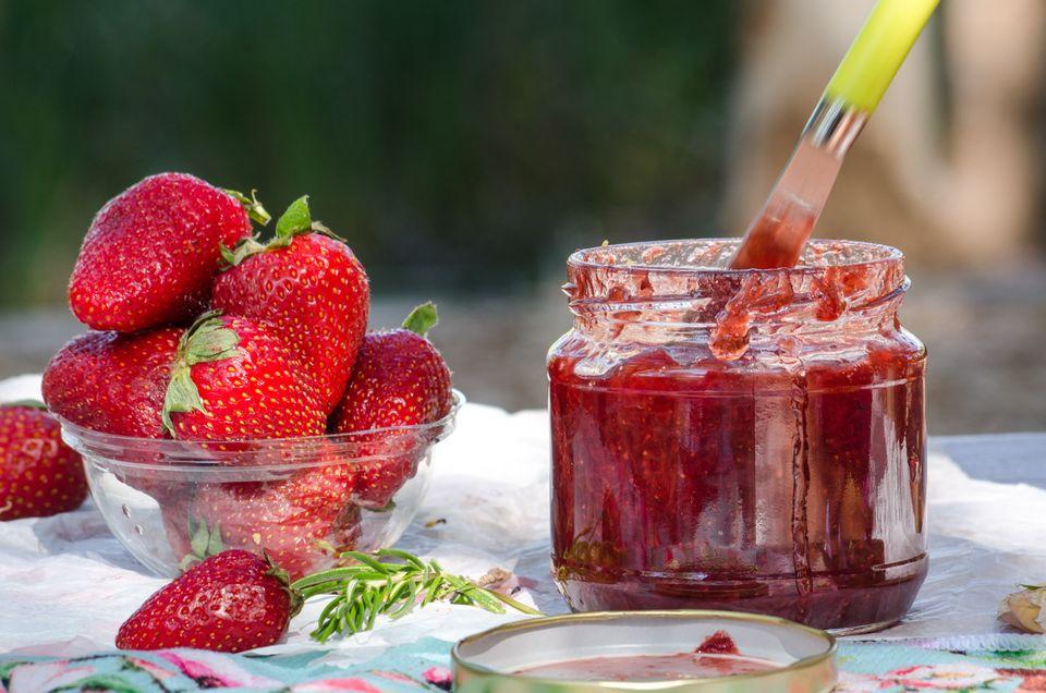 Σπιτική μαρμελάδα φράουλα, αρωματική με πλούσια