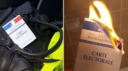 Les gilets jaunes affichent leur carte d'électeur, brûlée ou