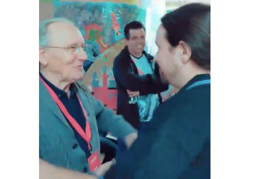 Un militante del PSOE emociona a Pablo Iglesias con sus palabras en el colegio