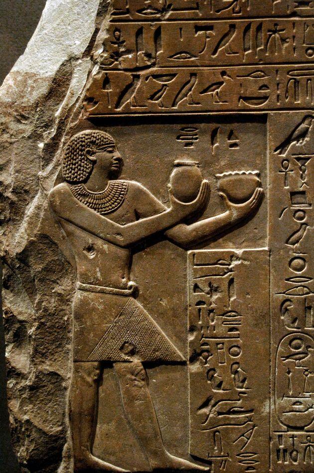 Arte egípcia de faraó oferecendo leite e cerveja para os