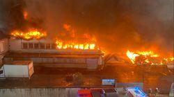 Un incendie impressionnant ravage des entrepôts à