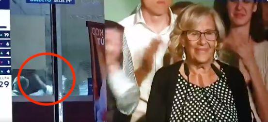Las cámaras de televisión captan este grosero gesto en el interior de la sede del