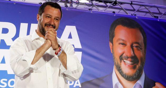 Matteo Salvini salue ses soutiens après les premiers résultats des élections européennes,...