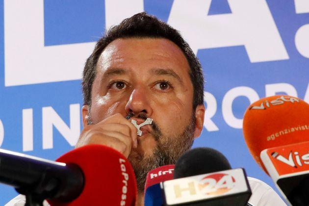 Salvini, durante la rueda de prensa que ha dado tras su victoria, besando un
