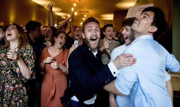 Des membres du parti travailliste (PvdA) de Frans Timmermans célèbrent leur victoire surprise...