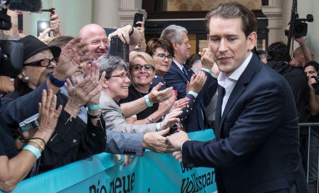 Le chancelier autrichien Sebastian Kurz (OeVP) salue ses soutiens après l'annonce des résultats...