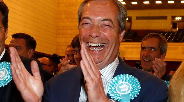 Nigel Farage, leader du parti du Brexit, réagit après l'annonce des résultats des...