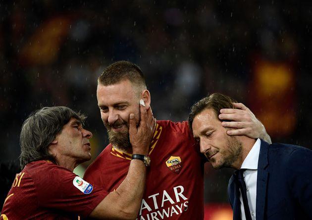De Rossi dice addio alla sua Roma. L'abbraccio di Totti e Bruno Conti
