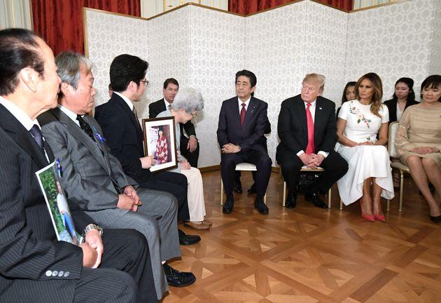 トランプ米大統領(前列右から3人目)と拉致被害者家族が面会=5月27日午後、東京・元赤坂の迎賓館[代表撮影]