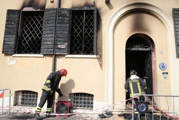 I vigili del fuoco spengono l'incendio della sede della polizia locale di Mirandola. Nelle fiamme sono...