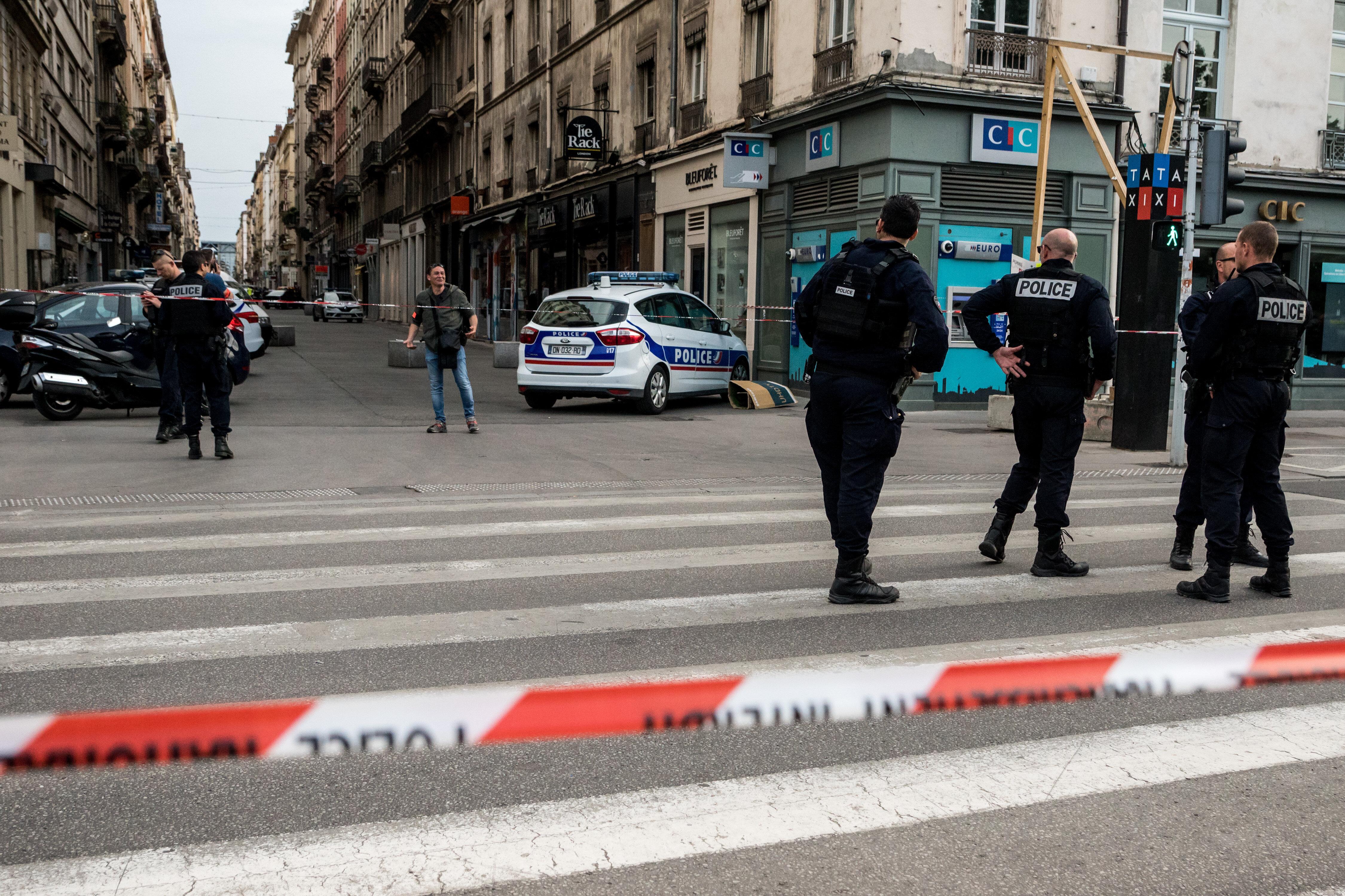 Explosion d'un colis piégé à Lyon: deux suspects ont été
