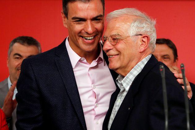 Pedro Sánchez y Josep Borrell celebran su victoria en