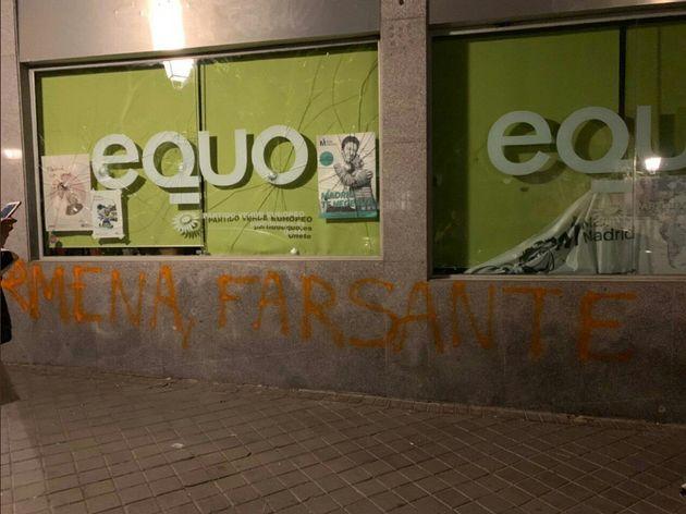 La sede de Equo en Madrid amanece apedreada y con pintadas de