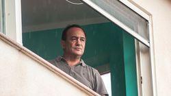 Mimmo Lucano torna nella sua Riace, accolto dai rifugiati. Revocato il divieto di