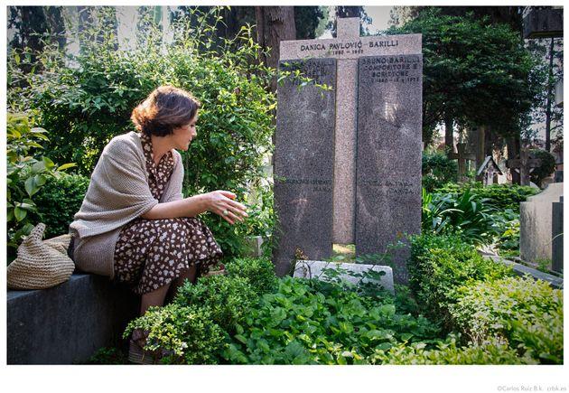 Ayanta Barilli frente a la tumba de su abuela