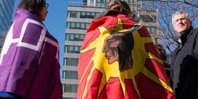 Nous sommes en 2018 et le Québec, tout comme le Canada, a depuis longtemps reconnu que les Autochtones forment des peuples. Les Premières Nations ont droit au respect, au premier chef dans les livres qui servent à instruire les jeunes qui fréquentent nos écoles.