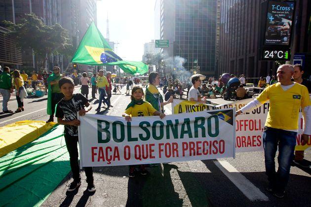 Manifestantes foram às ruas nos 26 estados e no DF em defesa do governo Bolsonaro, muitos pedindo...